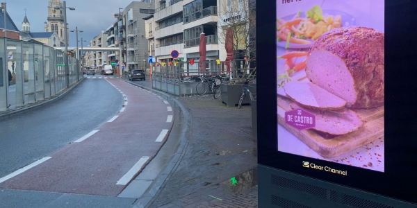 clearchannel bord met advertentie castro